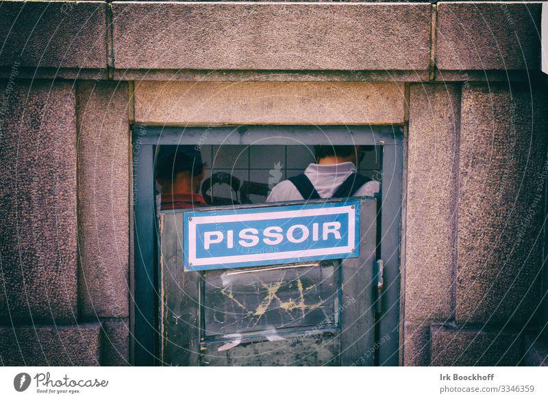 Männer im Pissoir in Kopenhagen Jahrmarkt Mensch maskulin 2 30-45 Jahre Erwachsene Stadt Gebäude Toilette Schriftzeichen Ekel Einigkeit Zusammensein Scham