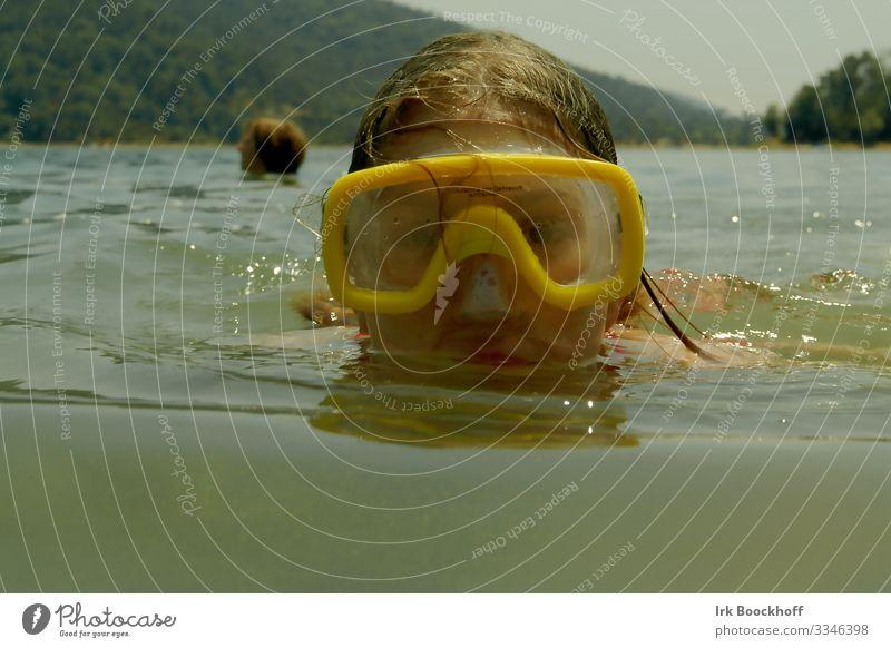 Tauchen im See Kinderspiel Sommer Meer Schwimmen & Baden tauchen feminin Mädchen Kindheit Kopf 1 Mensch 8-13 Jahre Wasser Seeufer Taucherbrille lustig gelb