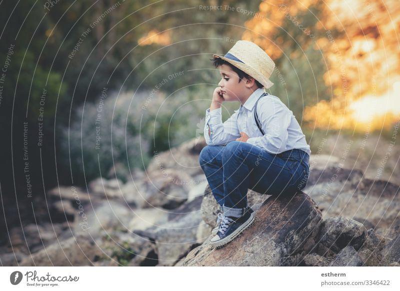 nachdenkliches Kind, das auf einem Felsen sitzt Lifestyle Meditation Sommer Mensch maskulin Junge Kindheit 1 3-8 Jahre Umwelt Natur Wald Denken sitzen träumen