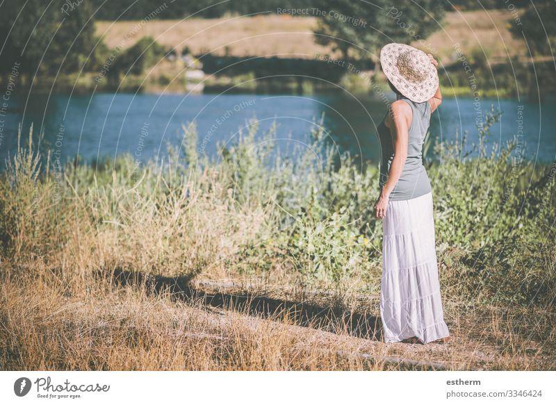 Junge Frau auf dem Feld Lifestyle schön Erholung Freizeit & Hobby Ferien & Urlaub & Reisen Freiheit Sommer Mensch feminin Jugendliche Erwachsene 1 30-45 Jahre