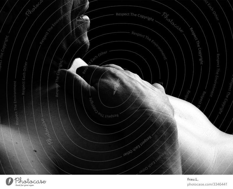 Mann maskulin Erwachsene 1 Mensch 45-60 Jahre liegen ästhetisch schön Brust Hand Haut nackt bleich Akt Mund ruhig Schwarzweißfoto Innenaufnahme