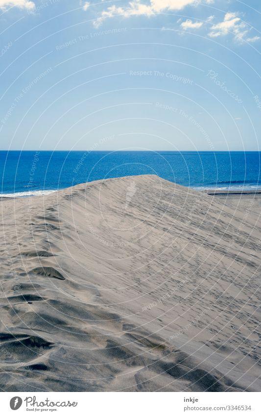 blaues Meer Farbfoto Außenaufnahme Düne Stranddüne Sand Himmel Horizont Textfreiraum Natur Sommer beige Fußspur Menschenleer Ferne Windstille Glätte