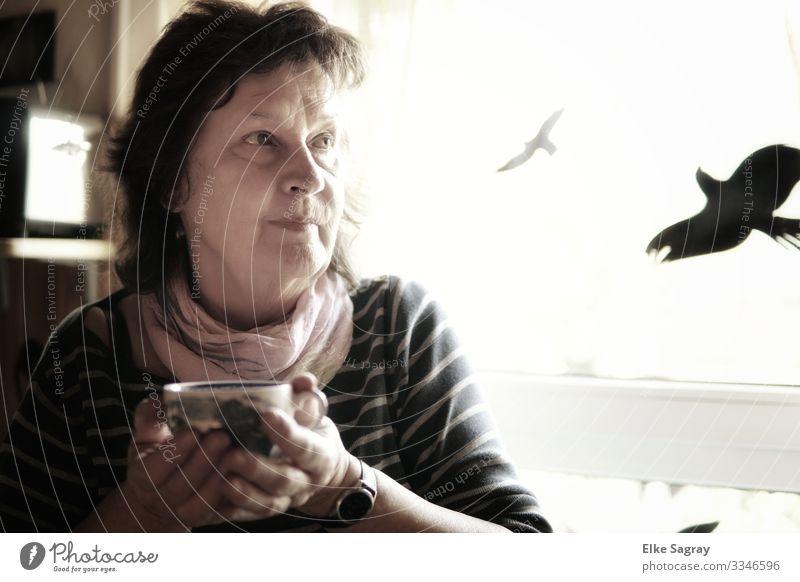 Frau in Gedanken... Mensch feminin Erwachsene Weiblicher Senior 1 60 und älter Denken Erholung festhalten Blick authentisch schön Geborgenheit Gelassenheit