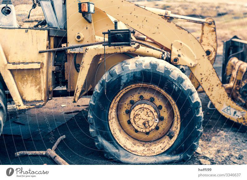 einfach mal platt Baumaschine Bagger Radlader Arbeit & Erwerbstätigkeit warten alt dreckig kaputt stark trocken gelb Senior bizarr bedrohlich komplex Krise
