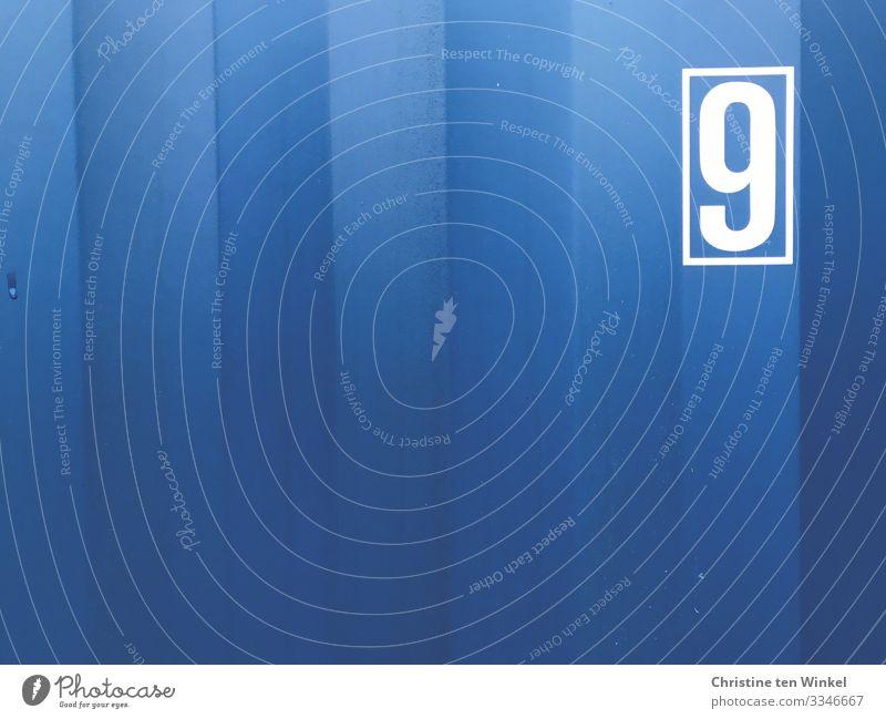 blaue Containerwand mit der Ziffer 9 Metall Ziffern & Zahlen Schilder & Markierungen Streifen authentisch eckig kalt nah maritim positiv weiß einzigartig
