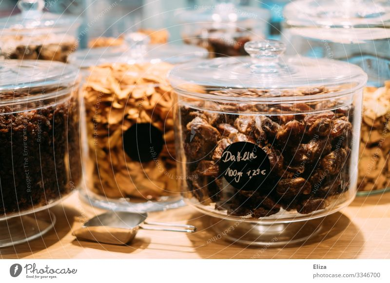 Glasbehälter mit getrockneten Früchten im verpackungsfreien Supermarkt getrocknete Früchte Datteln Obst Lebensmittel einkaufen nachhaltig plastikfrei