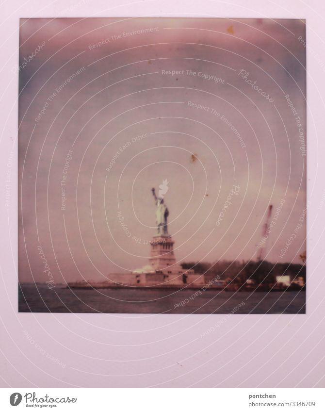 Polaroid zeigt freiheitsstatue im Wasser vor wolkigem Himmel New York City USA Stadt Hauptstadt Wahrzeichen Denkmal Freiheitsstatue Trump Tourismus Fluss