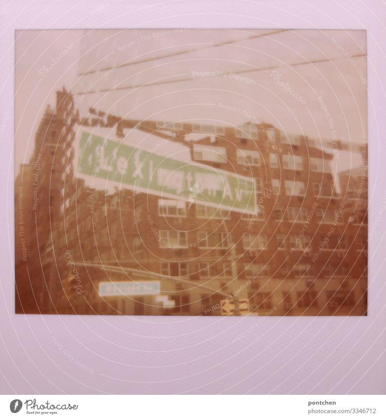 Mehrfachbelichtung Polaroid zeigt Gebäude und Straßenschilder in New York New York City USA Stadt Hauptstadt Stadtzentrum grün Haus Hochspannungsleitung