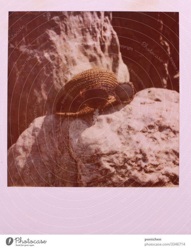 Sonnenhut und Sonnenbrille auf Felsen strohhut sonnenbrille felsen urlaub sommer reise badeurlaub Ferien & Urlaub & Reisen Erholung Farbfoto Sommerurlaub
