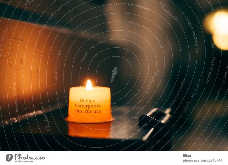 Eine brennende Kerze in der Kirche, Gebet und Erinnerung Glaube Religion & Glaube Kerzenschein Wunsch Hoffnung Christentum heilig Maria Farbfoto Innenaufnahme
