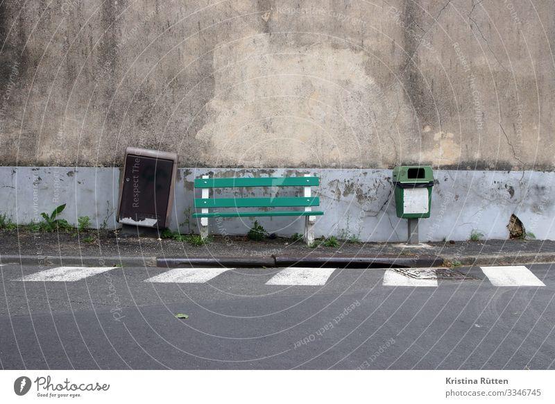 green and grey Dorf Kleinstadt Stadt Stadtrand Mauer Wand Fassade Straße Straßenkreuzung sitzen trashig grau grün Bank Müllbehälter Briefkasten Zebrastreifen