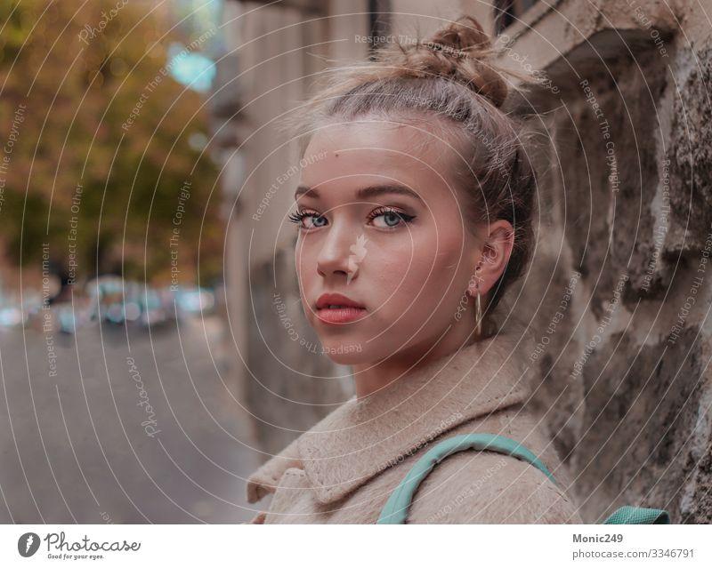 Porträt einer schönen blonden Frau mit blauen Augen Lifestyle Haare & Frisuren Schminke Erwachsene Jugendliche Mode Anzug Jacke Coolness trendy lang rot