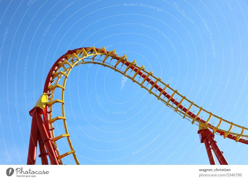 Rollercoaster Freude Sommer gelb Blauer Himmel Achterbahn Fahrgeschäfte Prater Freizeit & Hobby Nervenkitzel rot Konstruktion Eisen Stahl Gleise Spirale leer