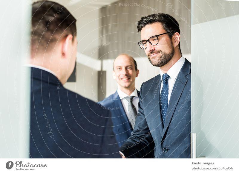 Geschäftsleute begrüßen bei Geschäftsbesprechungen mit Handschlag. Lifestyle elegant Glück Erfolg Beruf Kapitalwirtschaft Business Unternehmen Sitzung Mensch