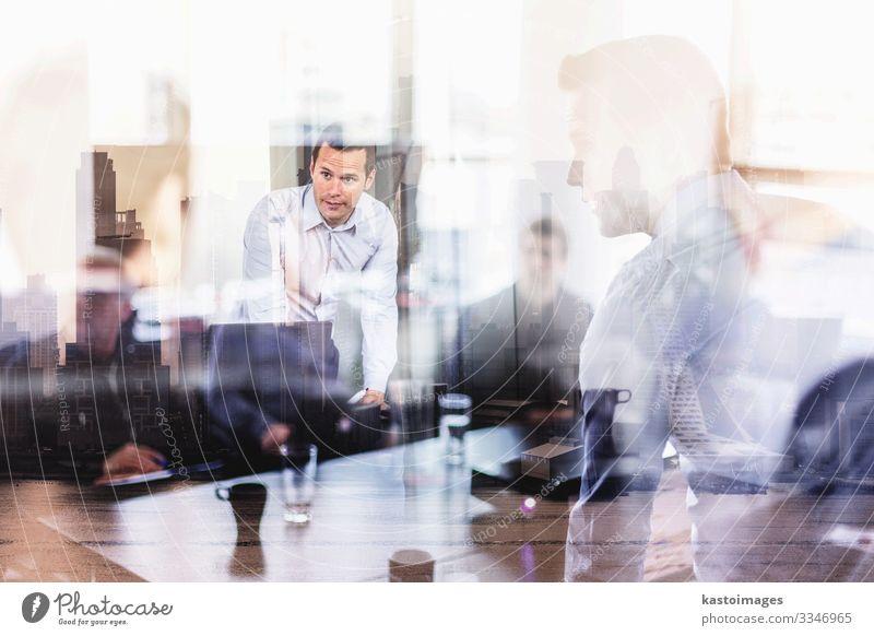 Geschäftspräsentation bei einer Firmenveranstaltung. Büro Kapitalwirtschaft Business Unternehmen Sitzung sprechen Mensch Junger Mann Jugendliche Partner