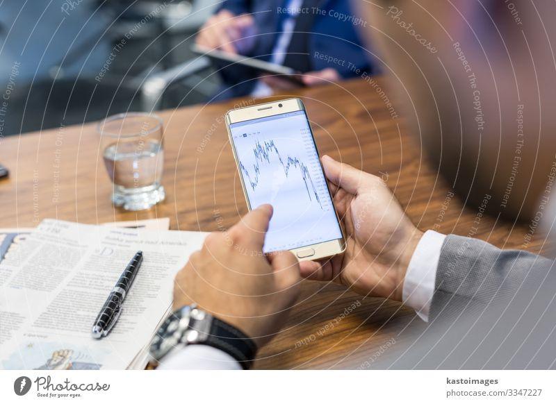 Nahaufnahme eines Geschäftsmannes mit einem mobilen Smartphone. lesen Dekoration & Verzierung Arbeit & Erwerbstätigkeit Büro Business Sitzung Telefon Handy PDA