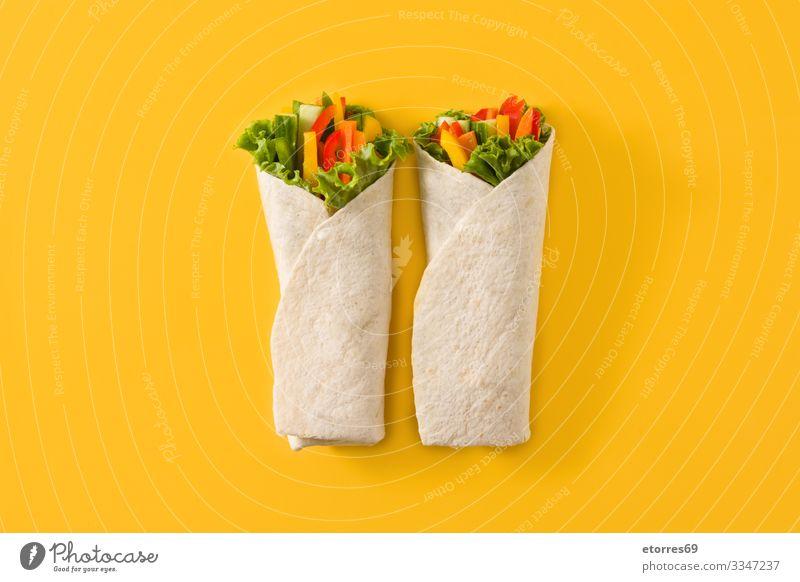 Gemüse-Tortilla-Wraps burrito Möhre Gurke Salatgurke Diät fajita Lebensmittel Gesunde Ernährung Foodfotografie frisch grün Gesundheit vereinzelt Kopfsalat