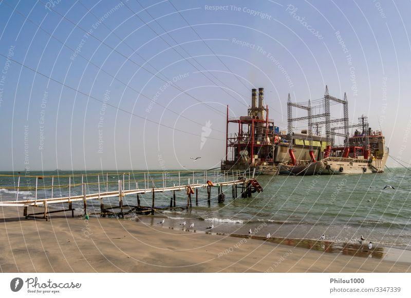 Kraftwerk auf vertäuten Booten in der Nähe von Banjul Strand Meer Industrie Technik & Technologie Umwelt Pflanze Himmel Wasserfahrzeug Stahl Linie blau Energie