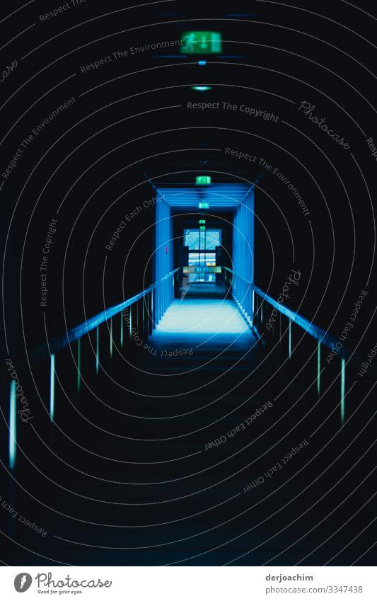 Licht am Ende des Flurs. Ein dunkler Gang mit Geländer. Hinten ist ein blauer Lichtschein. Design ruhig Innenarchitektur Umwelt Nürnberg Bayern Deutschland
