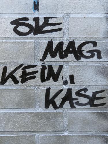 SIE MAG KEIN KÄSE Lebensmittel Käse Ernährung Mauer Wand Schriftzeichen Graffiti Kommunizieren einzigartig Stadt schwarz weiß Gefühle Appetit & Hunger Ekel