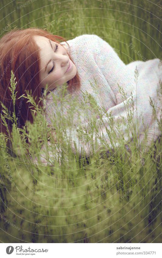 grün grün grün Mensch feminin Junge Frau Jugendliche 1 18-30 Jahre Erwachsene rothaarig langhaarig Freude Zufriedenheit Lebensfreude Frühlingsgefühle Gras Wiese