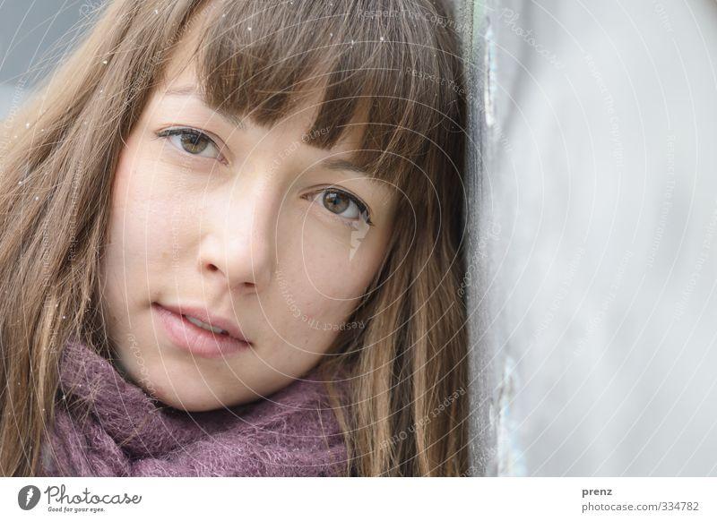 Winterportrait Mensch feminin Junge Frau Jugendliche Erwachsene Kopf Haare & Frisuren Gesicht 1 18-30 Jahre braun grau Wand anlehnen Farbfoto Außenaufnahme