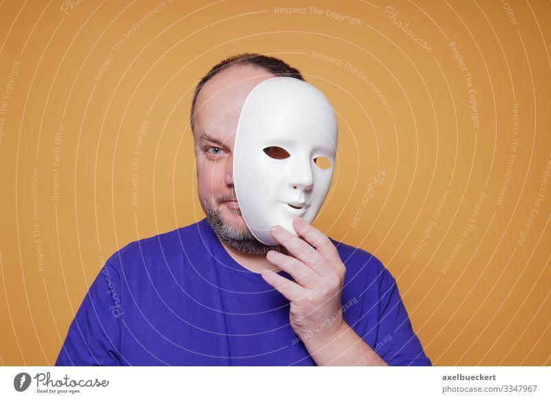 Mann, der die Maske abnimmt und sein Gesicht und seine Identität preisgibt Lifestyle Gesundheit Krankheit Freizeit & Hobby Mensch maskulin Erwachsene 1
