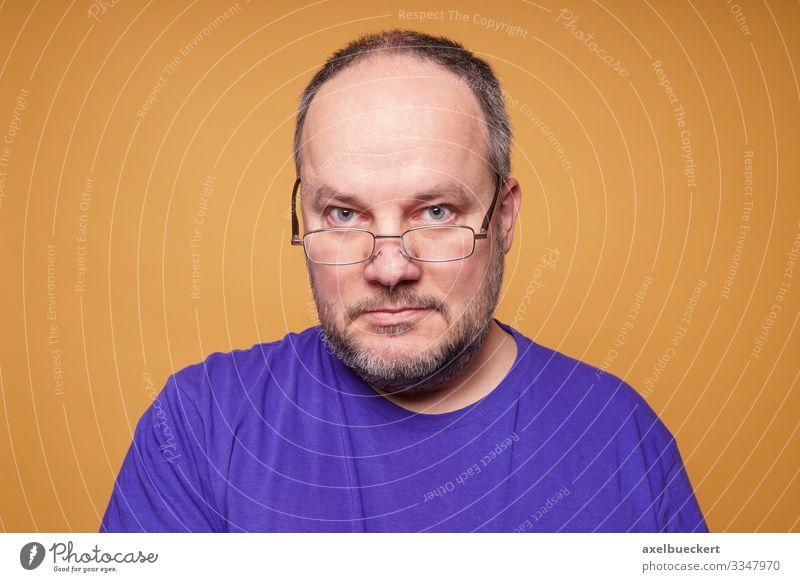 Lesebrille gegen Alterssichtigkeit Lifestyle Mensch maskulin Mann Erwachsene Senior 1 45-60 Jahre T-Shirt Brille grauhaarig kurzhaarig Bart Dreitagebart