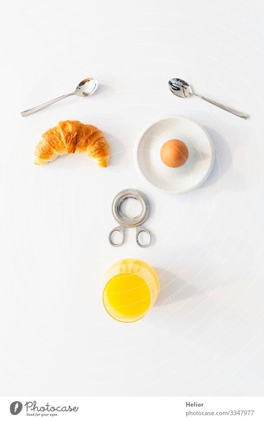 Lustiges Frühstückskonzept mit abstraktem menschlichem Gesicht Croissant Getränk Saft Teller Löffel Freude Wohlgefühl Erholung Essen androgyn Glas Metall