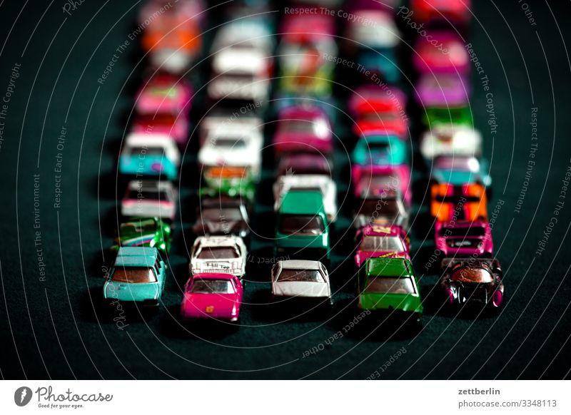 Spielzeugstau PKW fahren masse Menschenmenge Nachbildung Reihe Modellauto Spielzeugauto Spuren Verkehrsstau stehen Straße Straßenverkehr Geschwindigkeit viele