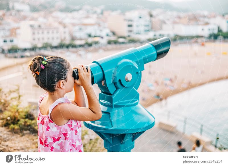 Mädchen, das durch ein Teleskop auf den Strand schaut Lifestyle Glück Freizeit & Hobby Ferien & Urlaub & Reisen Tourismus Ferne Sightseeing Meer Kind Mensch