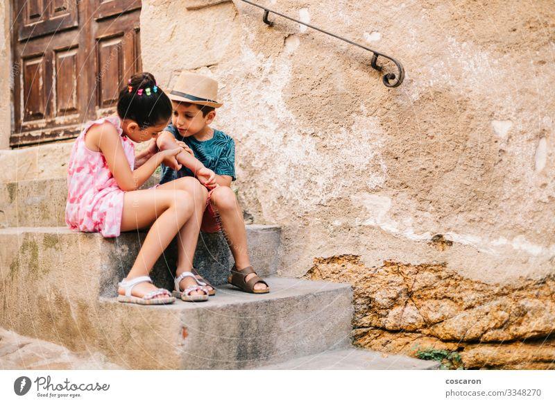 Mädchen heilt einen Jungen an einem Sommertag eine Wunde Lifestyle schön Haut Gesundheitswesen Behandlung Krankheit Freizeit & Hobby Spielen