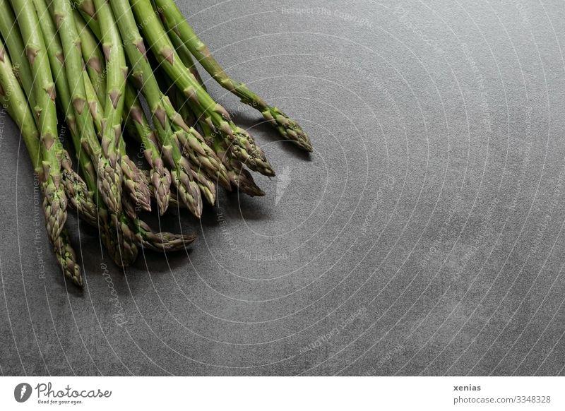 frischer grüner Spargel auf grauer Arbeitsplatte Lebensmittel Gemüse Spargelzeit Ernährung Bioprodukte Vegetarische Ernährung Gemüsespargel Stein Gesundheit