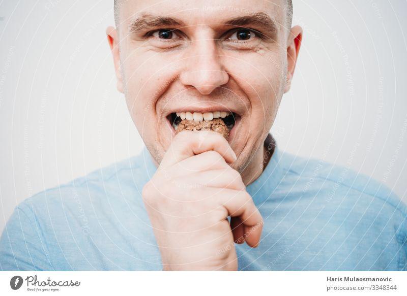 Schokoladenkekse aus nächster Nähe essen Lebensmittel Bonbon Ernährung Essen Frühstück Mittagessen Kaffeetrinken Körperpflege Haut Gesicht Diät alt Zahnarzt