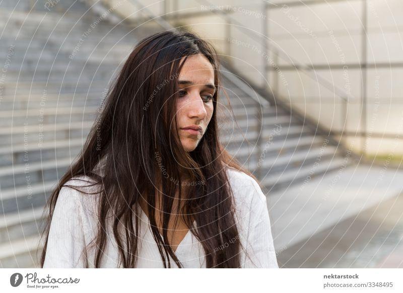 Junge Frau mit verzweifeltem Gesichtsausdruck schön Erwachsene Jugendliche stehen Traurigkeit Einsamkeit Mädchen traurig urban schöne Frau