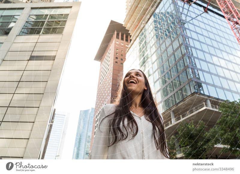 Junge indische Frau lächelt in der Großstadt schön Erfolg Erwachsene Jugendliche Hochhaus Lächeln Fröhlichkeit Hoffnung Zukunft Mädchen Financial District