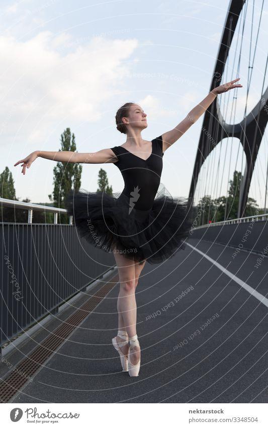 Junge Ballerina demonstriert Spitzentechnik auf der Straße schön Tanzen Erfolg Frau Erwachsene Jugendliche Balletttänzer Autobahn einzigartig Tatkraft