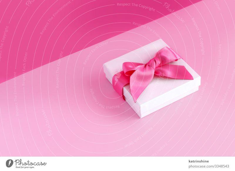 Weiße Geschenkverpackung mit Schleife auf hellrosa Hintergrund Design Dekoration & Verzierung Valentinstag Hochzeit Frau Erwachsene Mutter Verpackung Schnur