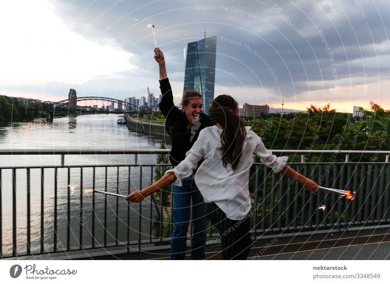 Feier für junge Frauen auf der City Bridge 2 Freude Glück Feste & Feiern Erwachsene Jugendliche Jugendkultur Himmel Fluss Skyline Hochhaus Brücke Gebäude