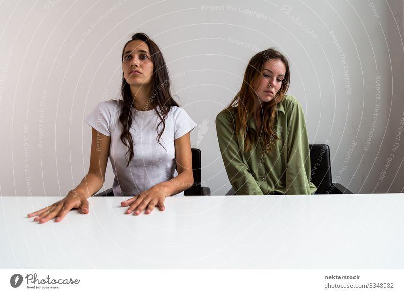 Zwei Frauen posieren künstlerisch im Büro Schreibtisch Erwachsene Freundschaft Jugendliche Jugendkultur sitzen Entwurf Gemütsverfassung Körperhaltung 2 Menschen
