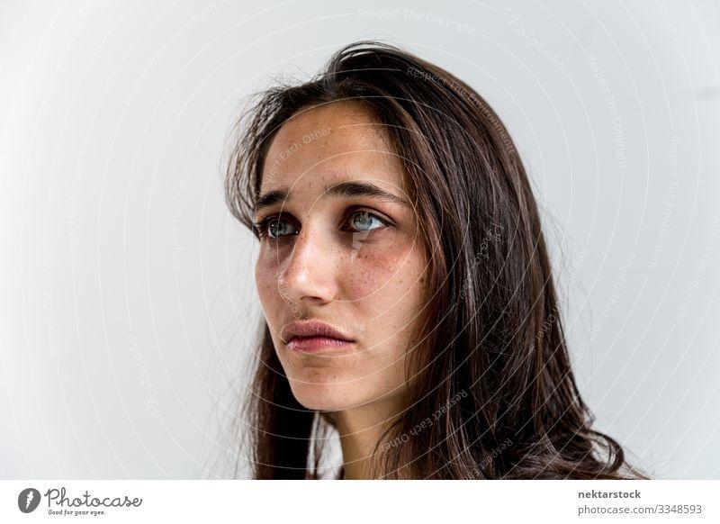 Gesichtsporträt einer gemischtrassigen jungen Frau schön Erwachsene Jugendliche Jugendkultur Schmerz Sehnsucht Mädchen Wand Inder Person gemischter Abstammung