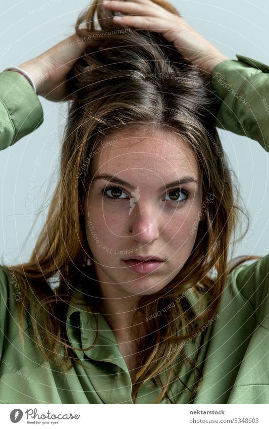 Nahaufnahme einer jungen Frau mit Händen an den Haaren schön Gesicht Erwachsene Jugendliche Hand Jugendkultur weiß Mädchen Behaarung Wand Kaukasier