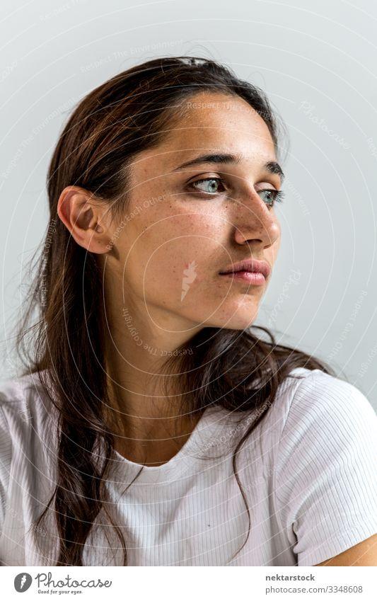Porträt einer gemischtrassigen jungen Frau schön Gesicht Erwachsene Jugendliche Jugendkultur Wahrheit klug Rechtschaffenheit Mädchen Wand Inder