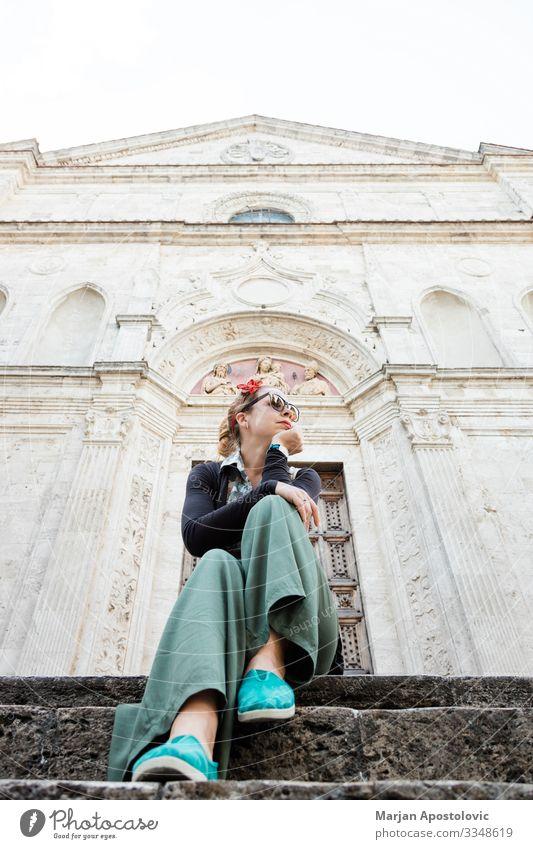 Junge Frau sitzt auf Kirchenstufen in Italien Lifestyle Ferien & Urlaub & Reisen Tourismus Ausflug Sightseeing Städtereise Mensch feminin Jugendliche Erwachsene