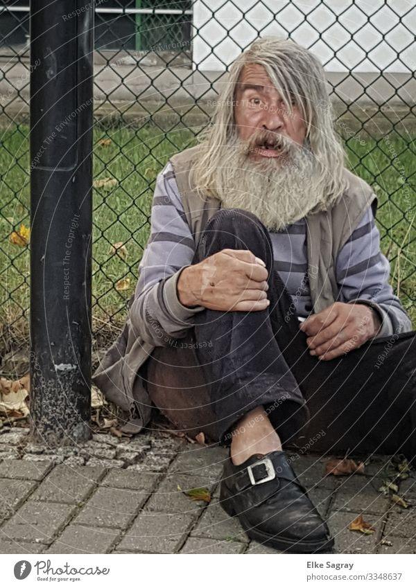 Menschen am Rand der Gesellschaft -ein Schritt weiter maskulin Männlicher Senior Mann 60 und älter alt Blick sitzen Traurigkeit dreckig mehrfarbig Einsamkeit