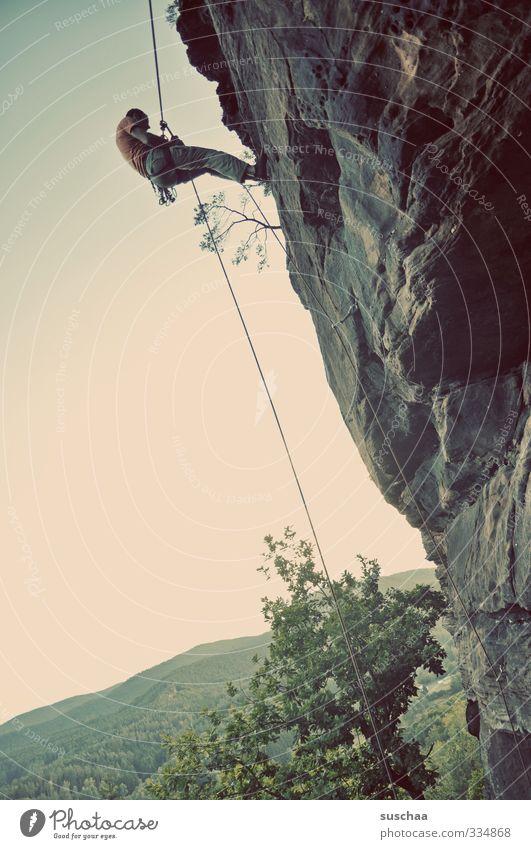 schwindelig | hoch Landschaft Natur Felsen Berge u. Gebirge Klettern Bergsteiger Mensch Mann Seil gefährlich Sport Baum Himmel
