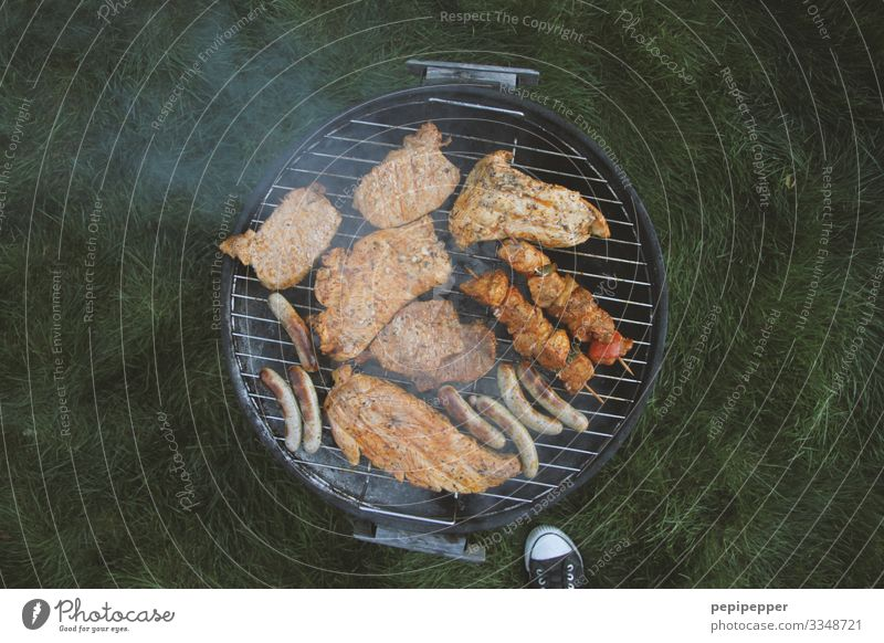 angrillen Lebensmittel Fleisch Wurstwaren Ernährung Mittagessen Picknick Freizeit & Hobby Grillen Ferien & Urlaub & Reisen Camping Sommerurlaub maskulin Fuß