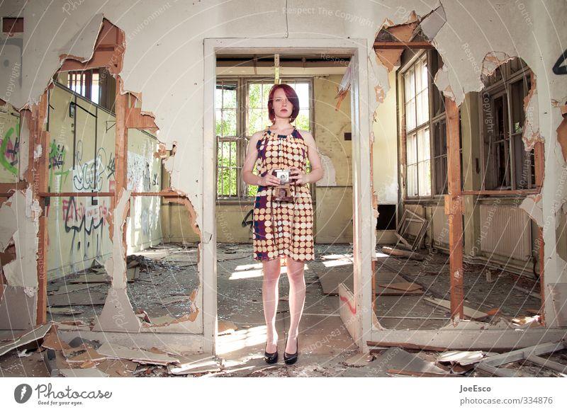 #334876 Stil Häusliches Leben Wohnung Hausbau Renovieren Umzug (Wohnungswechsel) Raum ausgehen Frau Erwachsene 1 Mensch Ruine Mauer Wand Mode Erholung träumen