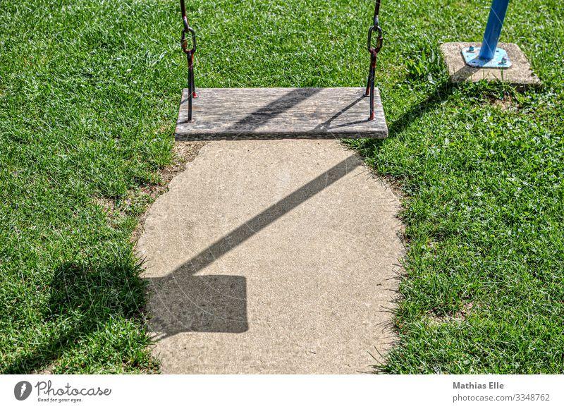 Schaukel auf Kinderspielplatz Holz Metall braun grün Spielplatz schaukeln Schatten Wiese Spielen Kindergarten Freizeit & Hobby Ferien & Urlaub & Reisen Kindheit