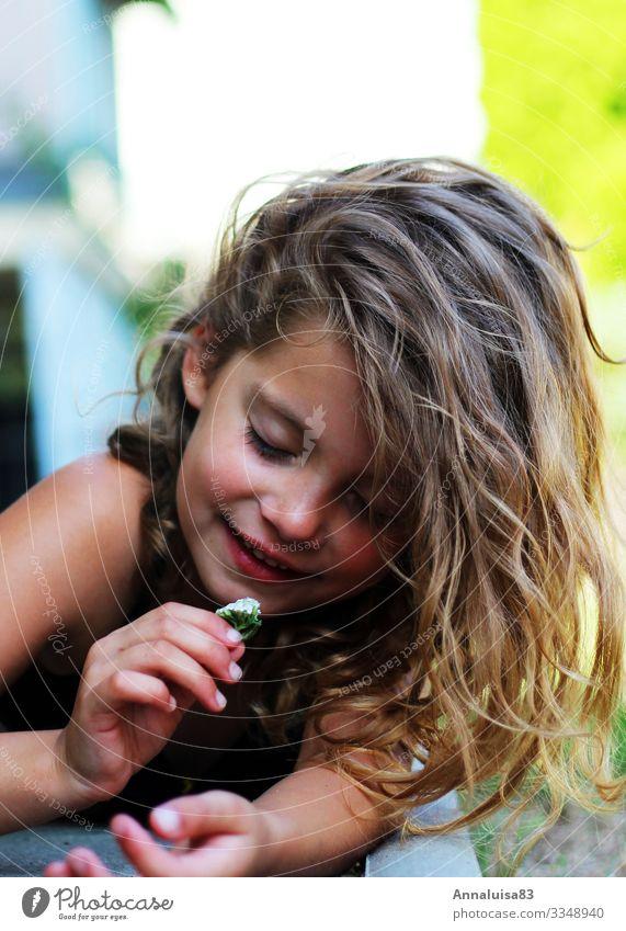 Blümchen feminin Kind Mädchen Haare & Frisuren Gesicht 1 Mensch 3-8 Jahre Kindheit Sonnenlicht Blume Gras Blüte Garten Park Wiese blond langhaarig berühren